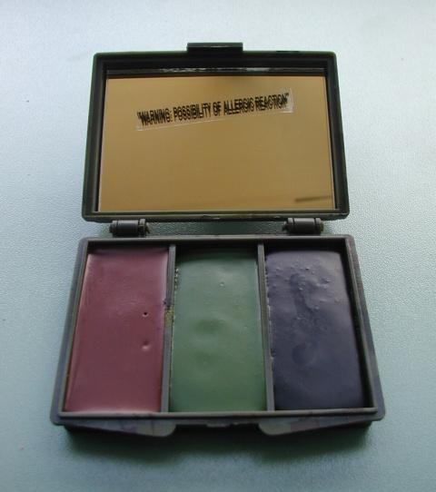 barvy maskovací - 3 barvy maskovací barvy na obličej vplastové přiklápěcí krabičce se zrcátkem