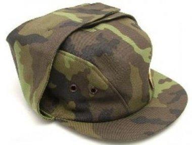 čepice vz.95 nová 58-59 originální čepice používaná vojáky AČR ve vzoru 95 čepice má pevnou stavbu je vypodšívkovaná avybavena větracími průduchy vchladném počasí lze sklopit složenou chlopeň